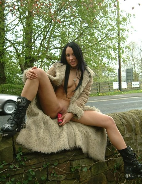 uk-flashers-babe-toying-herself-outdoors