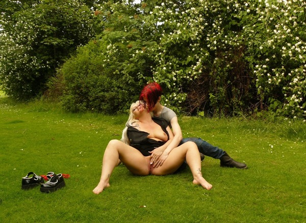 uk-flashers-sexy-blonde-getting-fingered-in-the-park